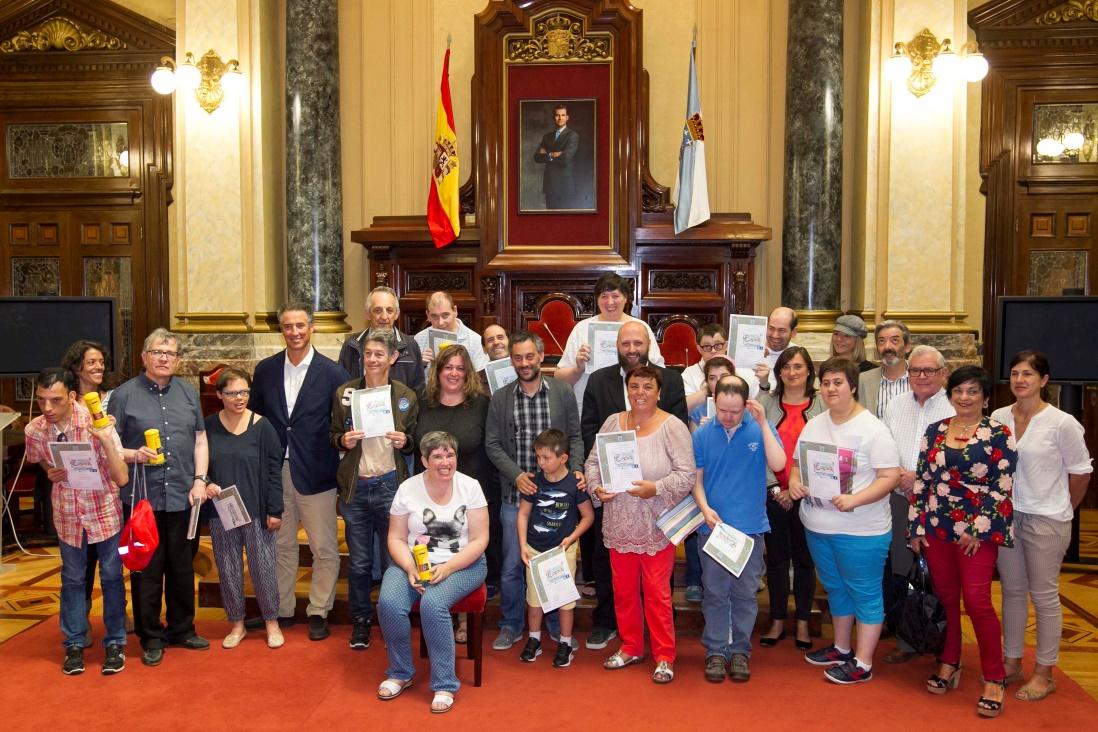 Foto de familia de Autoridades, premiados y familiares y Jurados