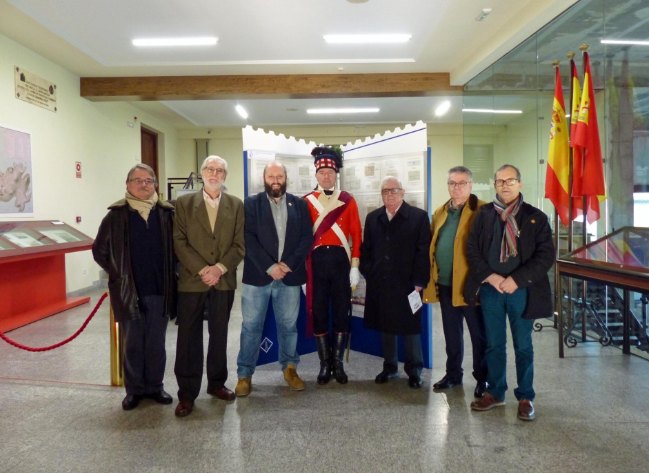 Miembros de la Junta Directiva con un recreador con uniforme de Oficial Británico del 71 de Infantería Ligera, unidad escocesa en 1809.