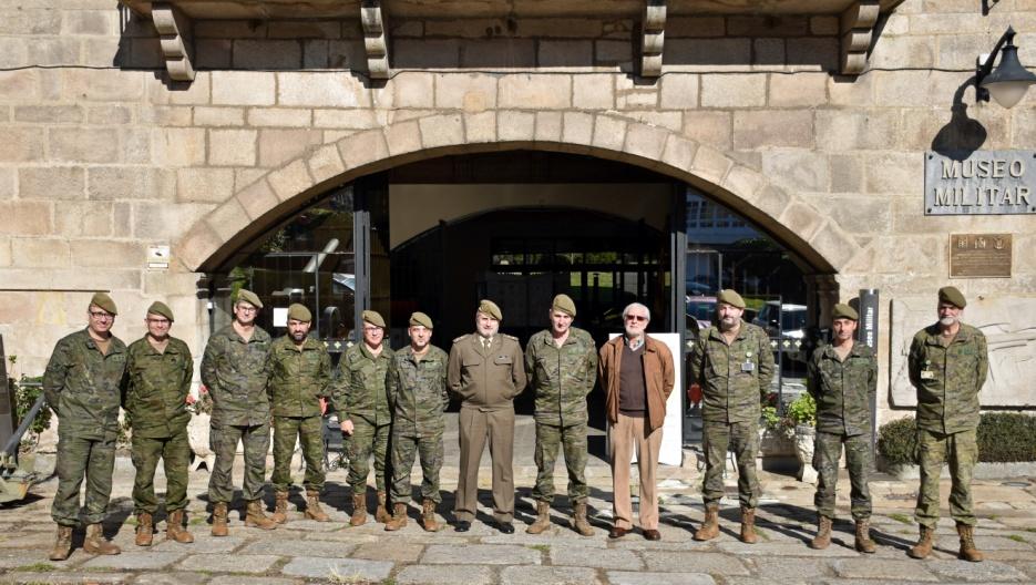 Jefe y oficiales con el general Jefe del Estado Mayor de la FLO, entre el Director del Museo, Francisco Gómez Cobas y Andrés García Pascual, directivo de la Sociedad que dirigió la visita
