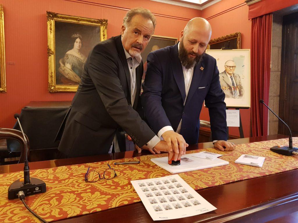 El Presidente de la RAGBA y el de la Sociedad Filatélica, José Luis Rey, en el momento del matasellado