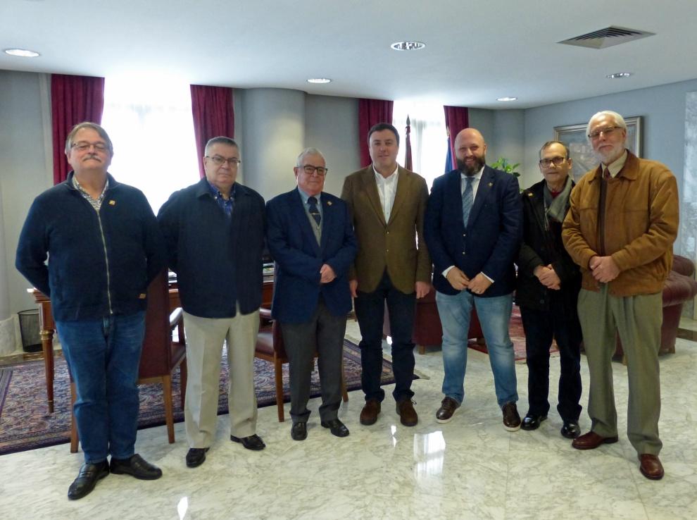 El Presidente de la Diputación con los directivos de la Sociedad Filatélica