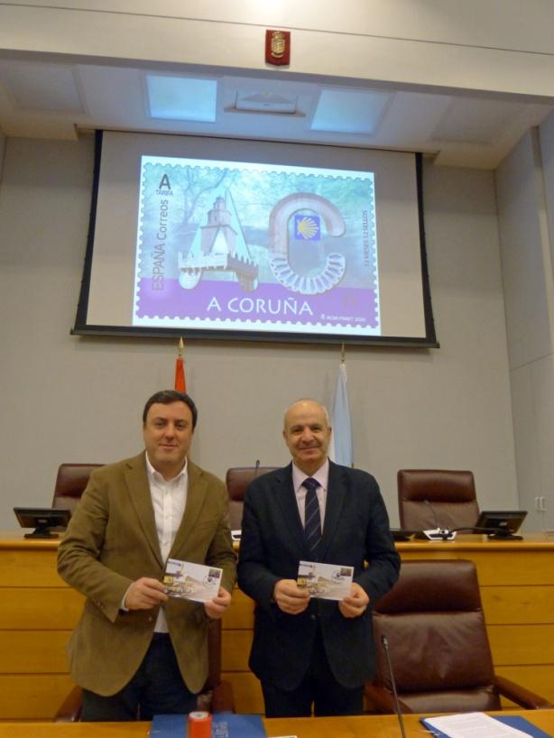Valentin González y Modesto Fraguas mostrando el sobre con el nuevo sello