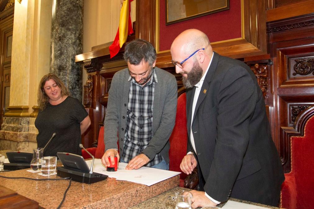 El Alcalde matasellando una tarjeta con el matasellos turístico de A Coruña