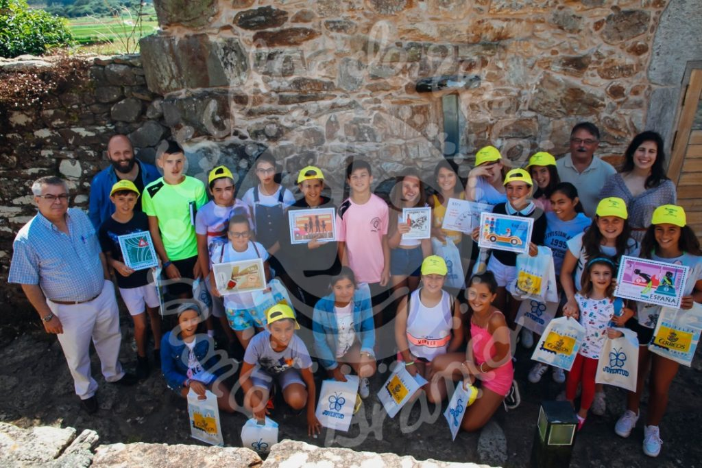Los niños y niñas asistentes al Taller con los directivos de la Sociedad Filatélica de A Coruña y la Vicepresidenta de la Fundación Pondal