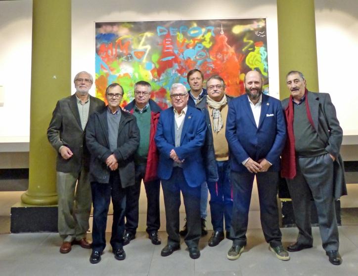 Miembros de la Junta Directiva posando delante del mural realizado por miembros de ASPRONAGA y ASPERGA.