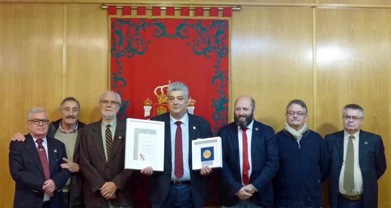 Manuel Arenas Roca con miembros de la Junta Directiva de la Sociedad Filatélica