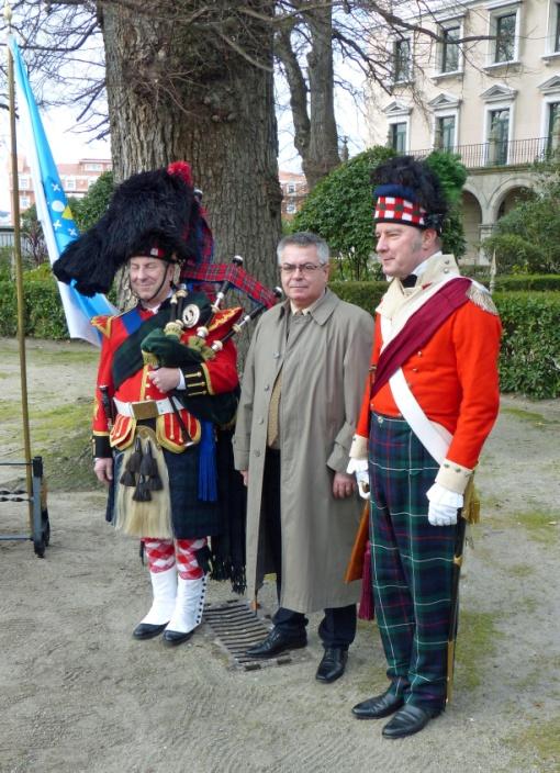 El tesorero de la Sociedad, Antonio Lojo, acompañado por dos de los participantes