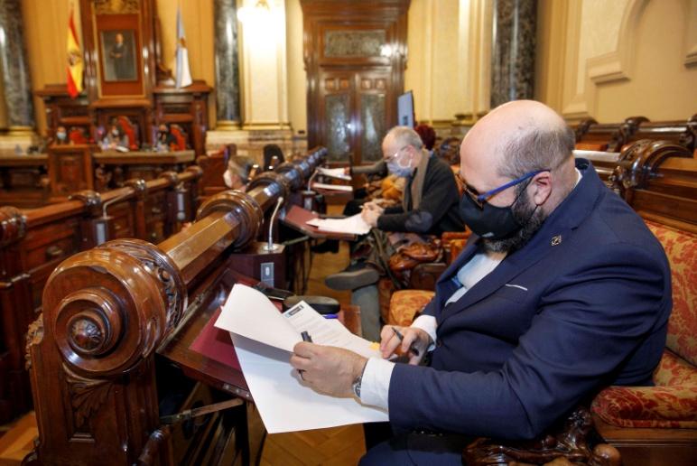 Acto de la firma por parte del Presidente de la Sociedad Filatélica de A Coruña